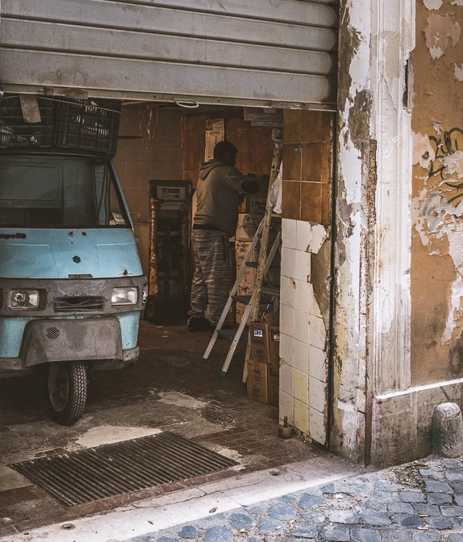 Roma - Een man bezig in zijn werkplaats in Rome,
