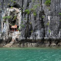Huis tussen de rotsen
