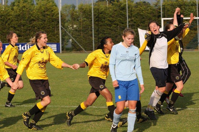 Vreugde en verdriet - De vreugde van de voetbalsters van Reiger Boys Dames 2 in een beeld gevangen met het verdriet van een speelster van Delta Sport