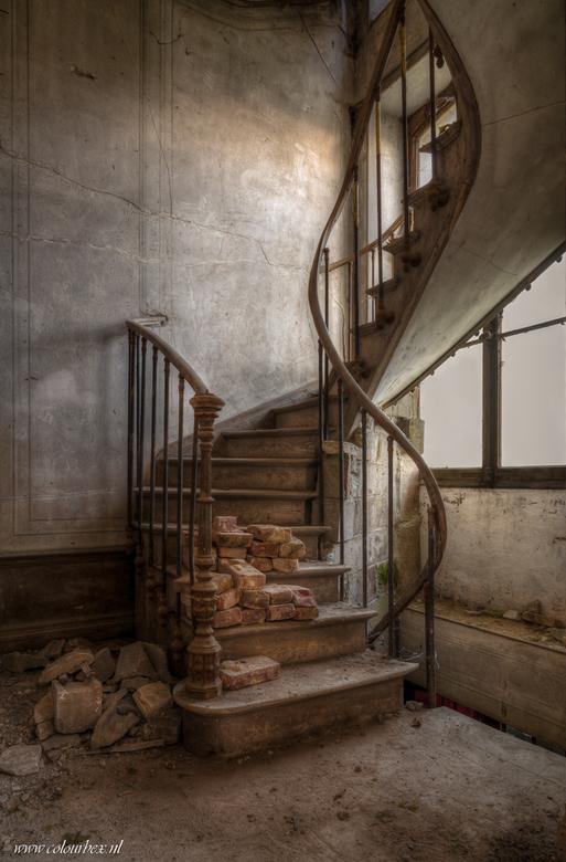 """The tiny staircase - Een schattig klein trapje in een kasteel.<br /> <br /> Eens kijken of jullie ook iets opvalt <img  src=""""/images/smileys/wilt.pn"""