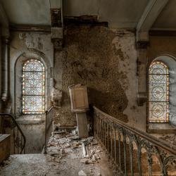 Bovenin de scheve kerk