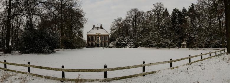 Snow house panorama - Dit huis staat in een bos dat bij Wijchen ligt. Ik hier een panorama gemaakt.
