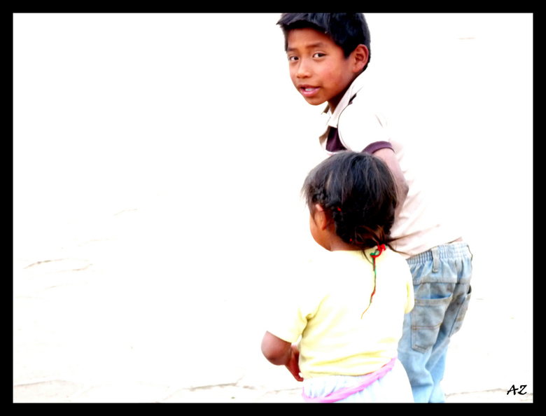Weg bij de camera.. - Verschrikt van de camera beschermt deze jongen zijn kleine zusje door haar weg te trekken. Hoewel technisch niet te sterkste fot
