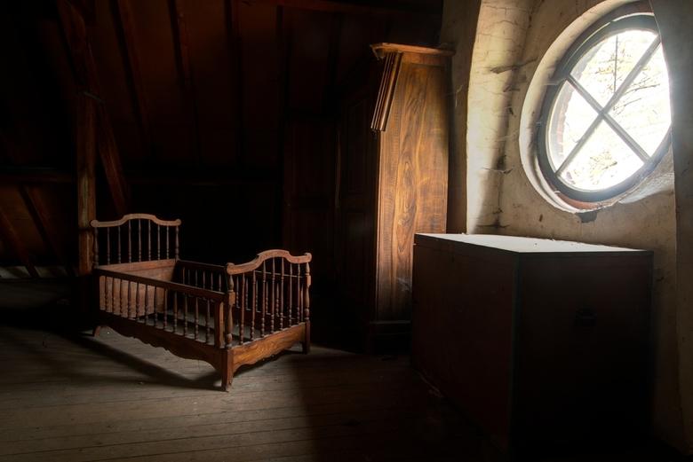 Ledikant - In de villa staan nog oude meubeltjes, die tezamen een heel bijzondere sfeer maken.