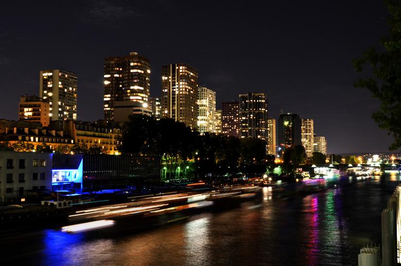 Parijs, Pont de Bir Hakeim - Nacht in Parijs. Flats en kantoorgebouwen op een Seine kade, Nabij Pont de Bir Hakeim.<br /> Nikon D7000, Diafragma F/9,