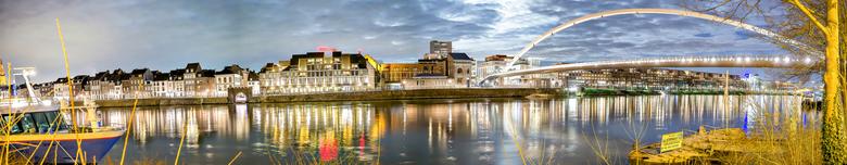MaastrichtPANHDRverbeterd2.jpg - Maastricht bij avond met zicht op de Voetgangersbrug die de oude kern van Maastricht verbindt met de woonwijk Ceramiq