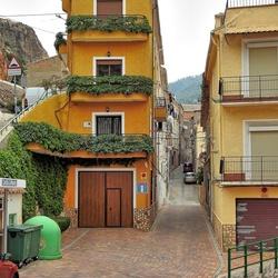 Een straatje in Ayna.
