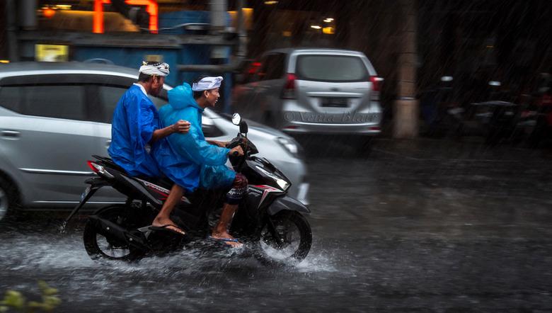 Happy travelers - Waneer het stevig hard regent kun je er alleen maar van genieten, want je zult er toch wel door heen moeten!