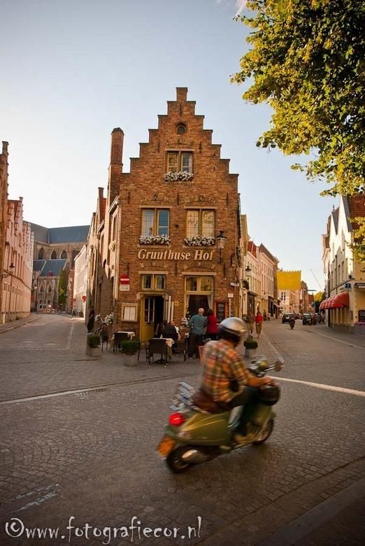 Restaurantje in  Brugge - Groothoek opname van een restaurantje ergens op de hoek van een straat in Brugge