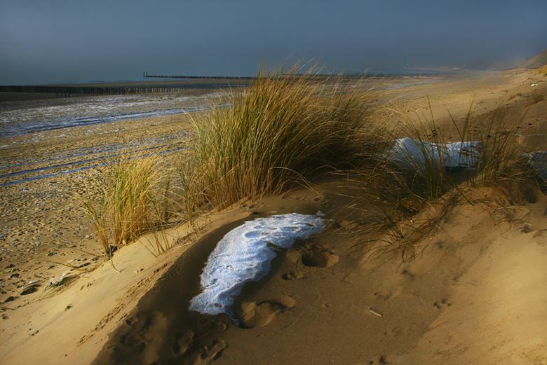 IJzig strand - ijs restanten op het strand en in het duin na een mistige nachtvorst en ochtendzon.<br /> groeten, bert