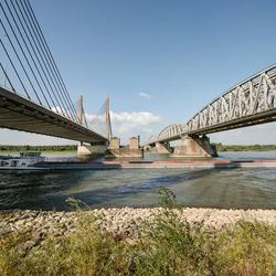Zaltbommel - Waal met de Martinus Nijhoffbrug en de spoorbrug