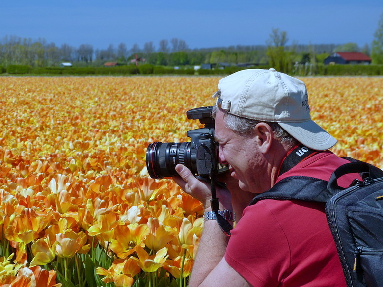 Geconcentreerd. - Zoon Roland geconcentreerd met zijn fotografie bezig.<br /> 5 mei 2016.<br /> Groetjes, Bob.