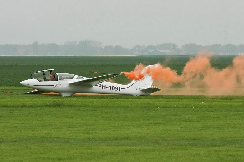 zweefvliegtuig - Het was jammer dat deze piloot niet veel van zijn kunsten kon laten zien. <br /> Te weinig thermiek en nog rook voor minstens een kw