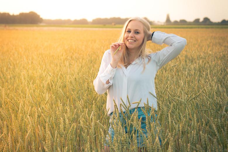 Nicole in Graanveld - Shoot in een graanveld (denk ik?). Waren op zoek naar Rozenvelden, maar kwamen eerst hier bij uit. Locatie in het Limburgse Lott