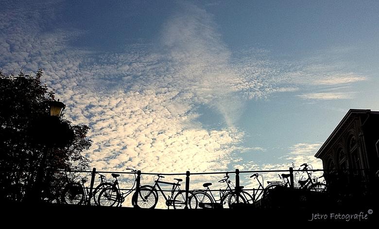 Luchtfietsen in Utrecht - Vanaf het terras aan de gracht een mooi uitzicht op de brug....
