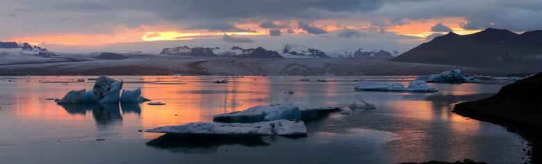 avondlicht over het ijsmeer Jokulsarlon (IJsland) - IJsschotsen van de Breidamerkurjokull gletsjer komen in dit meer terecht en drijven daarna bij eb