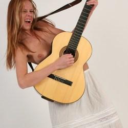 Monica met gitaar