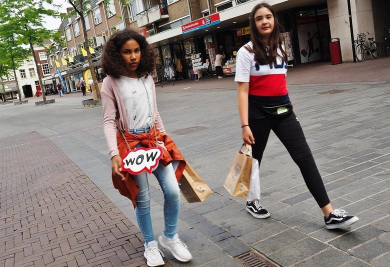 WoW! sportieve meiden... - … gespot en vastgelegd los uit de heup op het Statenplein in centrum Dordrecht.