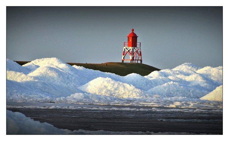 Poollandschap in Friesland - Deze bergen kruiend ijs liggen in Stavoren achter de dijk aan het IJsselmeer. Prachtig om te zien, bergen van 3 tot 5 met