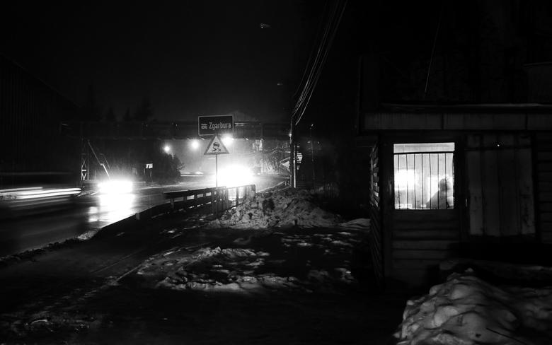 """Koud buiten... - Sinaia - Een man zoek de warmte op in een klein hokje tijdens de barre winter <img  src=""""/images/smileys/wilt.png""""/>.<br /> <br />"""
