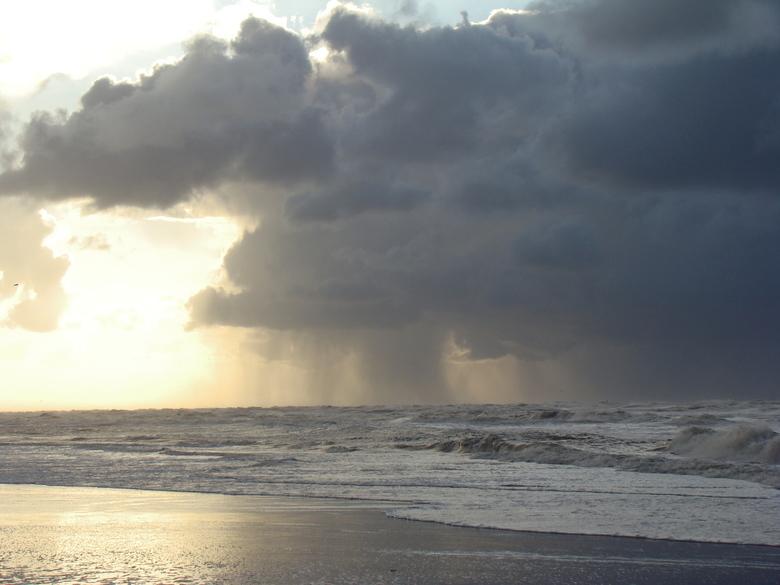 Hagel-en sneeuwbuien boven zee. - Boven zee ontwikkelen zich hagel en sneeuwbuien om vervolgens landinwaarts te trekken.