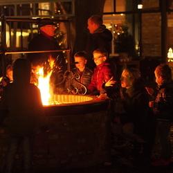 gezin gezellig bij het vuur .