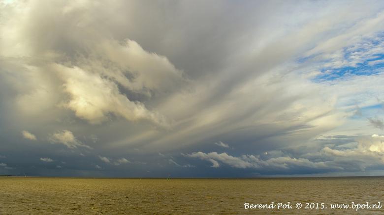 Regenwolken - 3 september 2015 0m 09.30 uur. Regenwolken boven de Waddenzee bij Harlingen.
