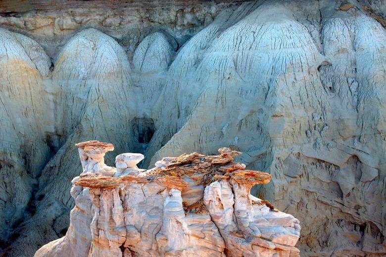 Coalmine Canyon - Coalmine Canyon laat op deze foto een geërodeerde rotspartij zien, terwijl de lichtblauwe achtergrond uit as bestaat.