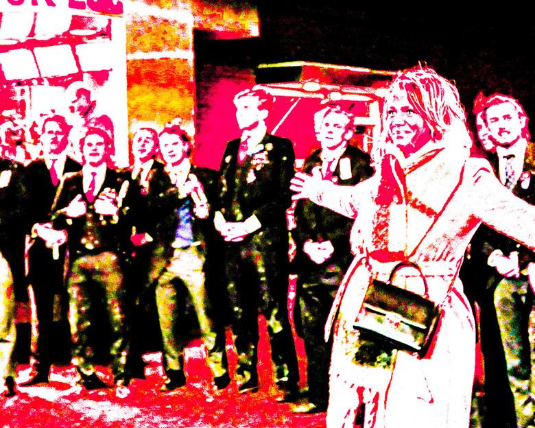 Ook in beeld - Een studentenkoor tijdens Lichtjesavond.<br /> De vrouw wilde ook even aandacht en poseerde voor het koor.<br /> <br /> Iedereen wee
