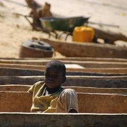 Angolese jongen in mokoro