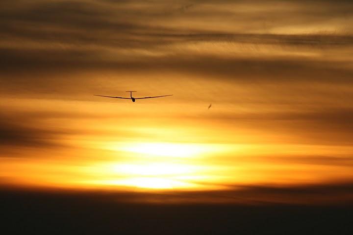 zweefvliegen - zweefvliegen in Soesterberg bij een  mooie zonsondergang