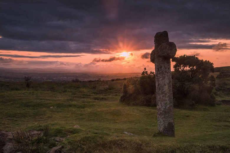 Windy Post - Windy Post cross, Dartmoor, bij zonsondergang. <br /> <br /> Dartmoor is wonderschoon, maar vooral bij &#039;dusk &amp; dawn&#039; is h