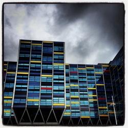 Kleurrijke gebouwen op een sombere dag