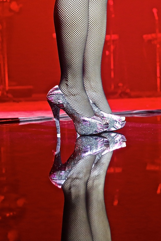 schoenen op het podium  - de bennen van nurlaila karim tijdens de laatste theater show van fourtina<br /> <br /> de kleurrijke schoenen zijn ontworp