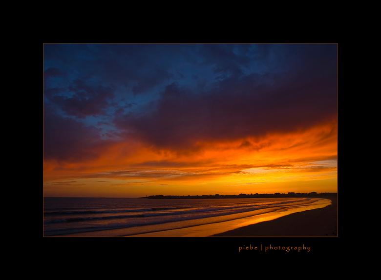 Atlantic sunset - Deze foto is van de eerste dag in Frankrijk. 's Avonds gelijk even naar het strand in St Gilles Croix de Vie. De lucht was zeer