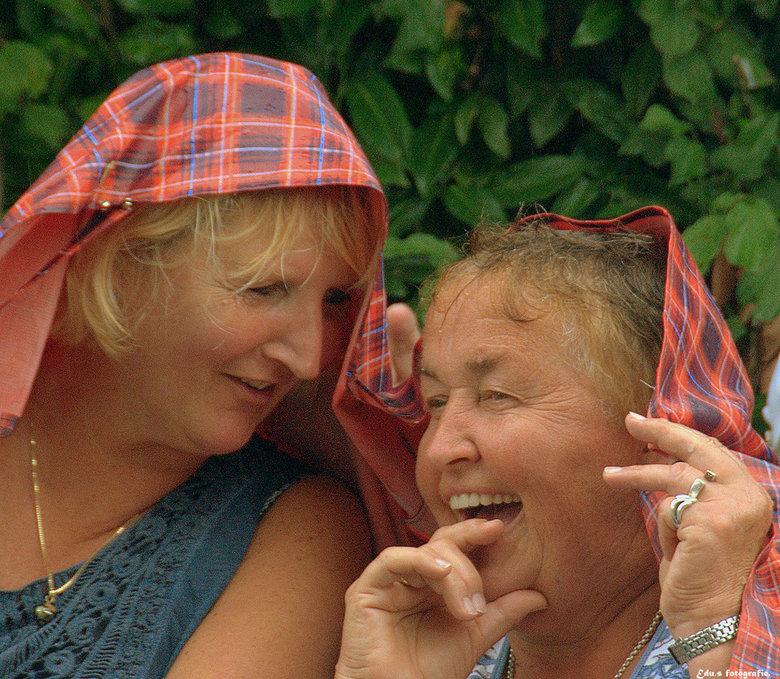 Lol. - Ondanks de regen ,reuze schik.<br /> Wat ze elkaar vertelden houden ze lekker voor hun zelf.