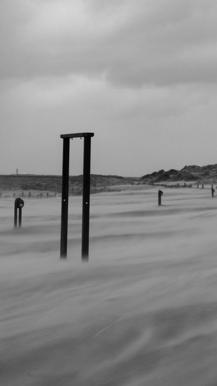 Storm Bella in IJmuiden - Storm Bella in IJmuiden leidt tot flinke zandverschuivingen. Immer weer bijzonder om te zien, met name de hoeveelheid van he