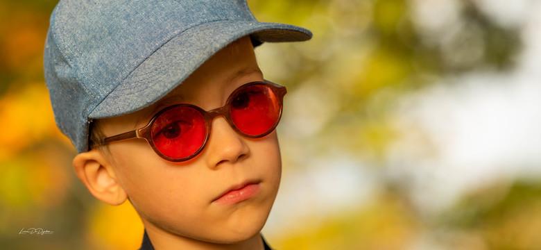 Stoere knaap ! - Niet de gemakkelijkste fotoshoot gedaan, jongen had een afwijking aan de oogjes, de kleur van de bril schrikte mij een beetje af... e
