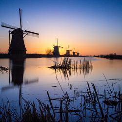 Kinderdijk zonsopkomst achter de molens