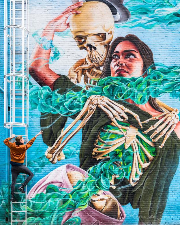 Streetart! - Een geweldige muurschildering gemaakt door studio Giftig in Eindhoven. Mijn model maakt het plaatje af.