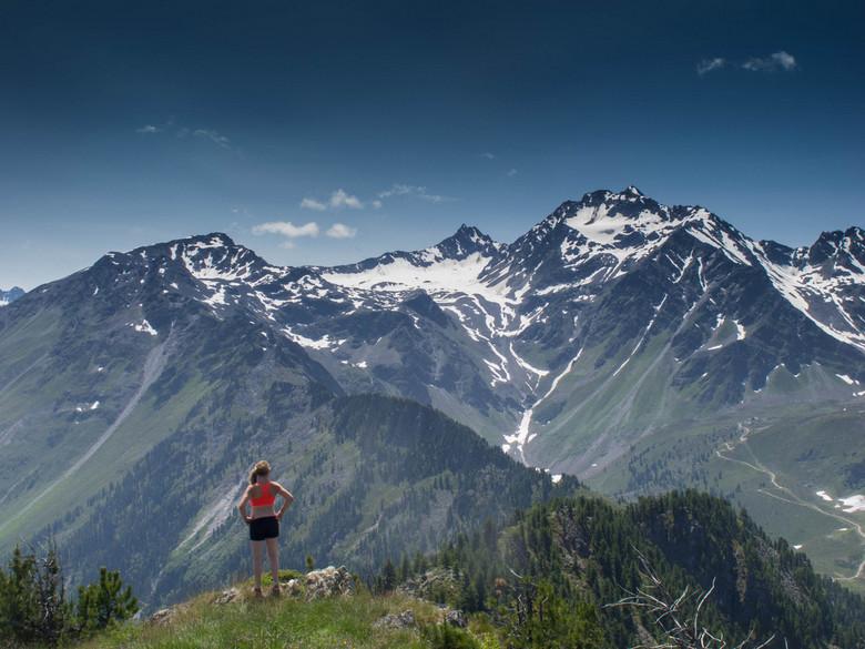Great Reward - Schrijfster Ruby de Witte haalt veel inspiratie uit de bergen, hier geniet ze van het uitzicht van een lange wandeling.<br /> <br />