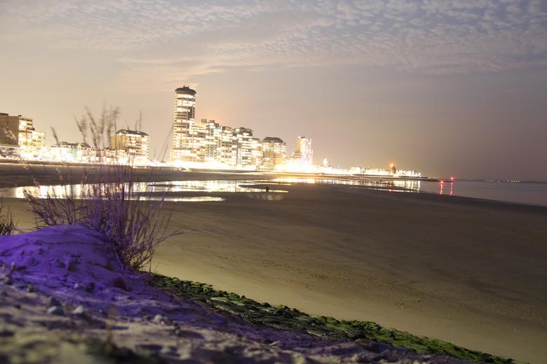 Vlissingen ademd koud - Boulevard Vlissingen op een koude avond in Maart.<br /> (Heb deze niet bewerkt)<br /> De paarse kleur komt van &#039;t bijsc