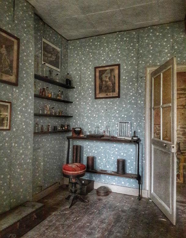 Hobbykamer - Knusse hobbyhoek in urbex slaapkamer
