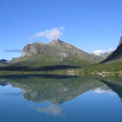 spiegelend bergmeer in Noorwegen