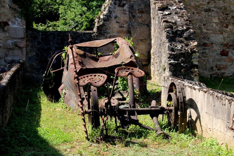 Oradour sur Glane 003 - Oradour-sur-Glane is een adembenemend monument van de gruwelijkheden die tijdens de Tweede Wereldoorlog zijn gepleegd. Het dor