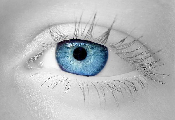 Baby blue eyes - M'n zusje heeft model gestaan hiervoor. Ik heb de foto zwart/wit gemaakt, behalve de iris, zodat het onderwerp beter tot z'