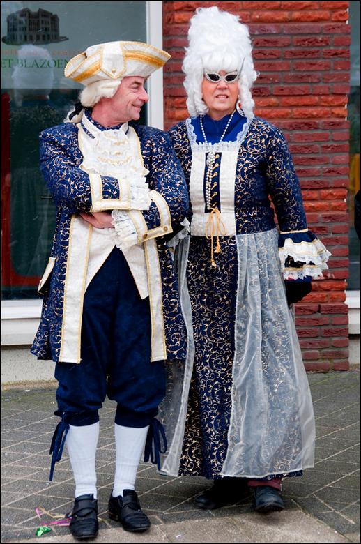 Carnaval 2013-24 - Het is leuk te zien dat er nog hele volksstammen hier in Limburg samen carnaval beleven. Ze zetten dan hun beste beentje voor en ko