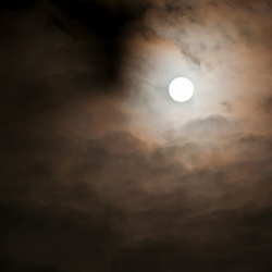 De maan in wolkenlagen