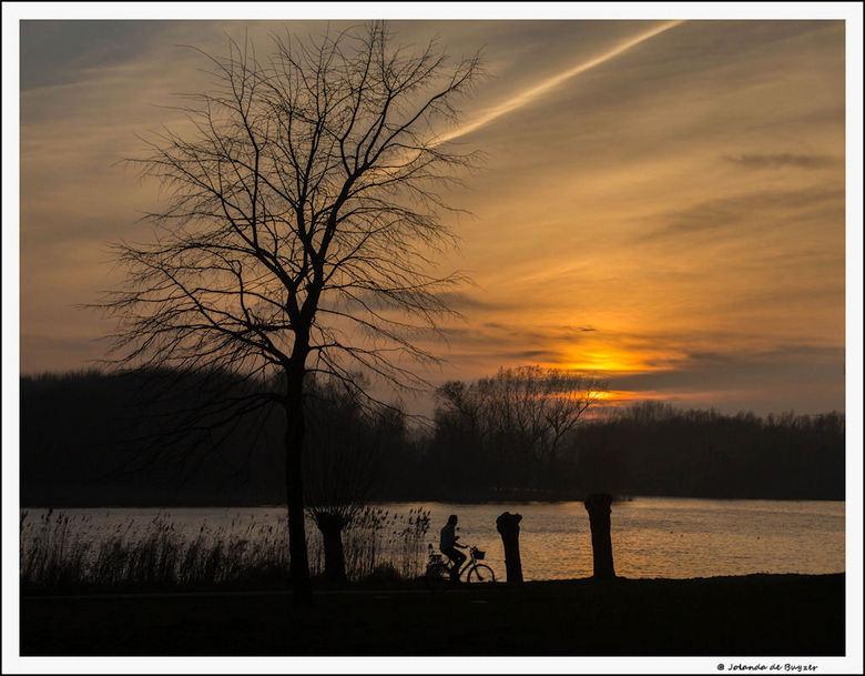 The silence of the evening.... - Nog even nagenieten van de dag...zon gaat zo onder.....