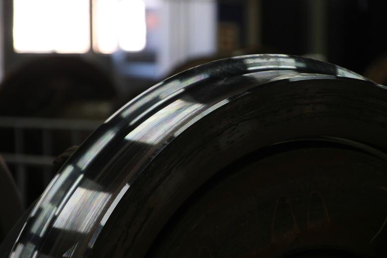 Weer gereed voor duizenden kilometers onder de trein - Dit wiel is weer gereed voor duizenden kilometers onder de trein. <br /> Foto genomen tijdens